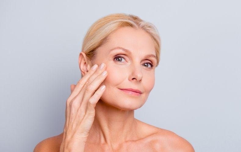 Kobieta przed zabiegiem na opadajace powieki w klinice Derm-Estetyka