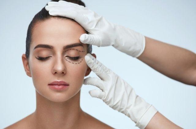 Pacjentka podczas przygotowywań do zabiegu na opadające powieki